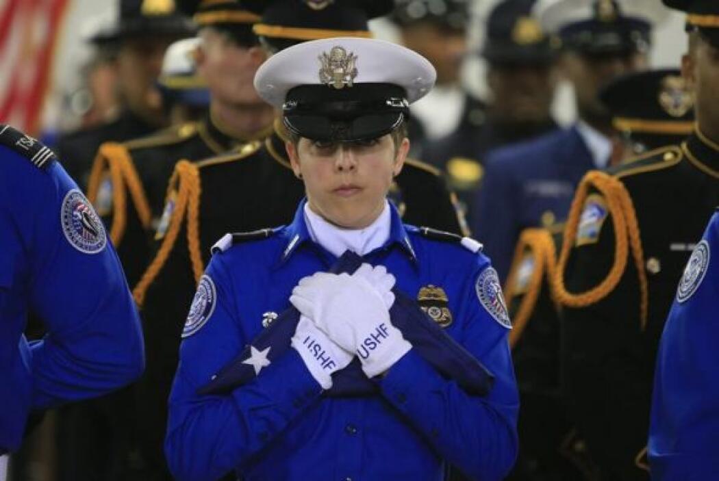Una oficial de la Administración de Seguridad en Transporte (TSA) partic...