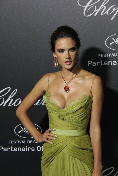 Alessandra optó por  un collar con una hermosa piedra preciosa roja que...