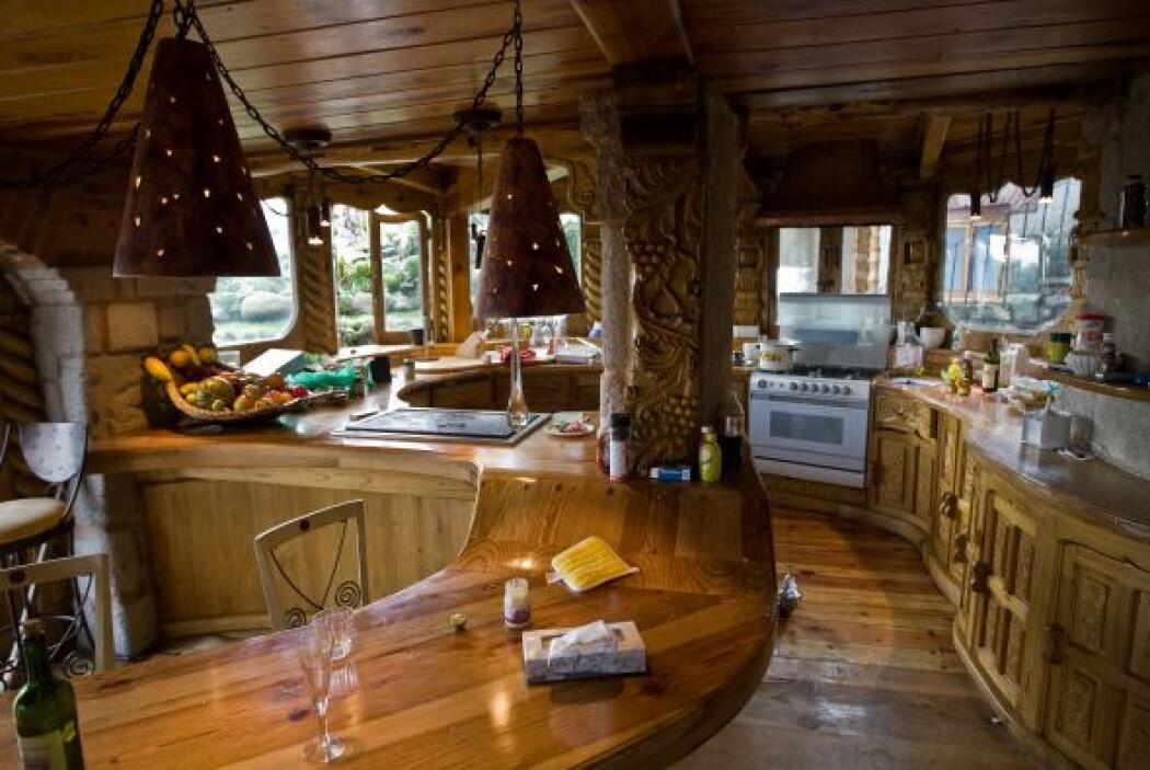 La casa también tenía una discoteca, con barra, sillas, mesas, equipo de...