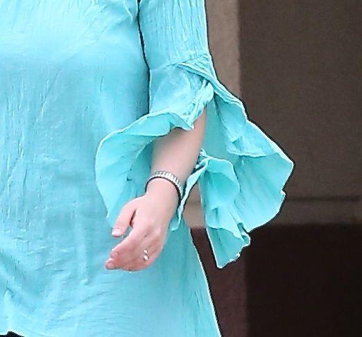 Las sospechas de un compromiso iniciaron por la foto de este anillo. Mir...