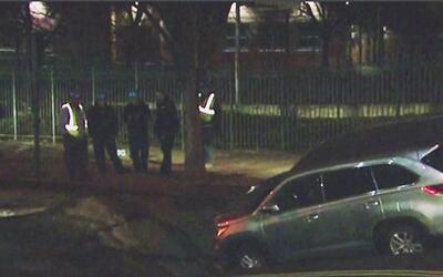 Dos camionetas quedaron atrapadas en el enorme agujero que se abrió en u...
