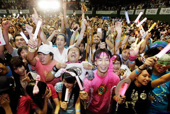 Miles de japoneses gritaron de alegría y festejaron con efusivida...