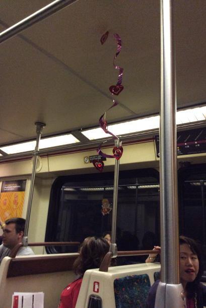 """Decenas de angelinos festejaron el día de los enamorados a bordo del """"tr..."""