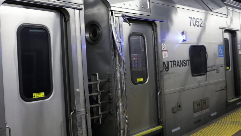 Imagen del daño que sufrió un tren de New Jersey Transit tras un descarr...