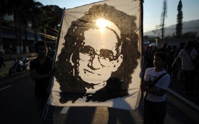 Una pancarta con el rostro de Monseñor Romero en El Salvador.