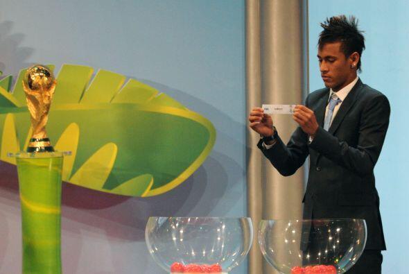 Y Neymar no se quedó atrás. Le gustó y se quedó un rato en el escenario.