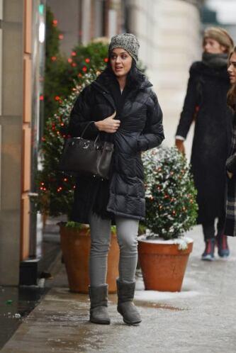 Se nota que el frío se está apoderando de algunas famosas, por ello Katy...
