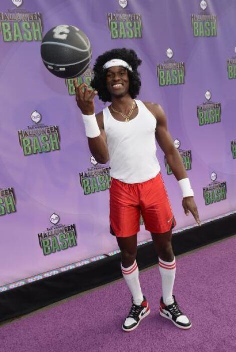 Pero ¿qué tal salir disfrazado como un basketbolista 'retro'? Sólo neces...