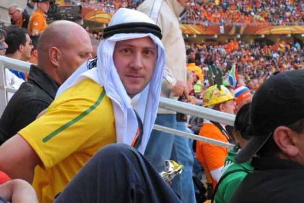 Este aficionado brasileño se intentó disfrazar de árabe para la foto con...