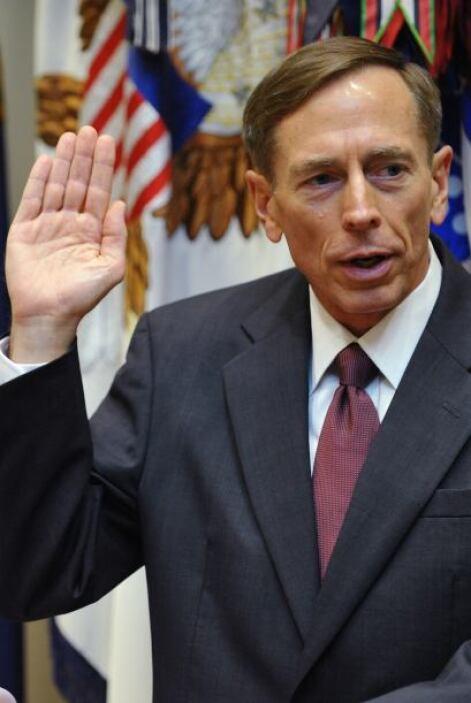 La renuncia llega cuando Petraeus debía enfrentar un duro interrogatorio...