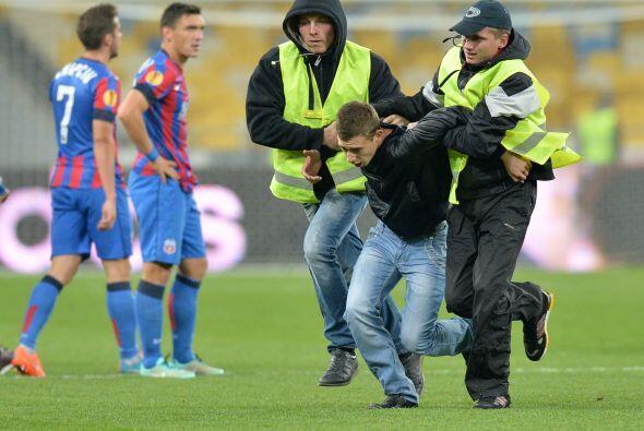 En 2009 17 estafadores fueron detenidos por orden de la UEFA por hacer t...