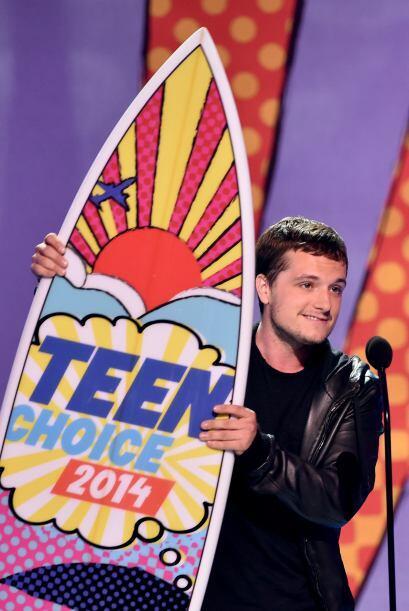 """Josh Hutcherson de """"The Hunger Games"""" también se llevó su premio."""