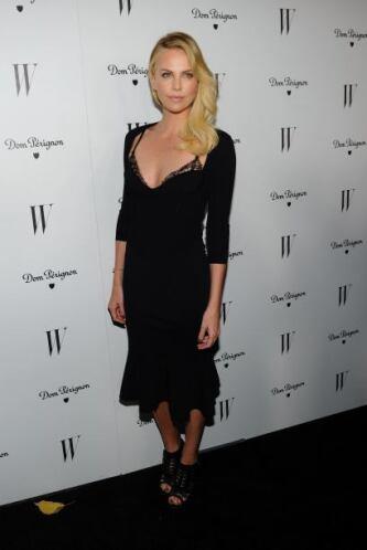 La guapísima Charlize Theron lució muy bella con este fascinante vestido...