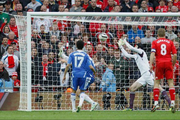 El portero manoteó el balón ante la mirada de los jugadore...