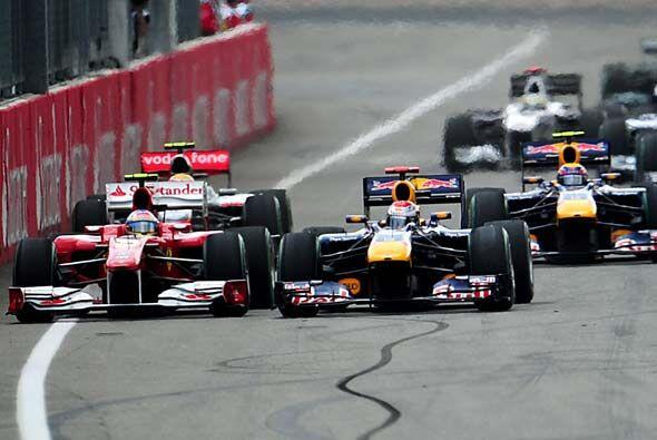 Vettel le cerró el paso a Alonso, mientras Massa aprovechó...