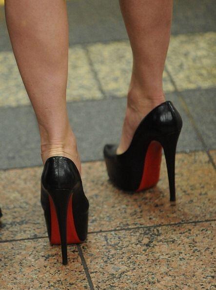 Nada más triste que ver un par de bellos tacones en los pies incorrectos...