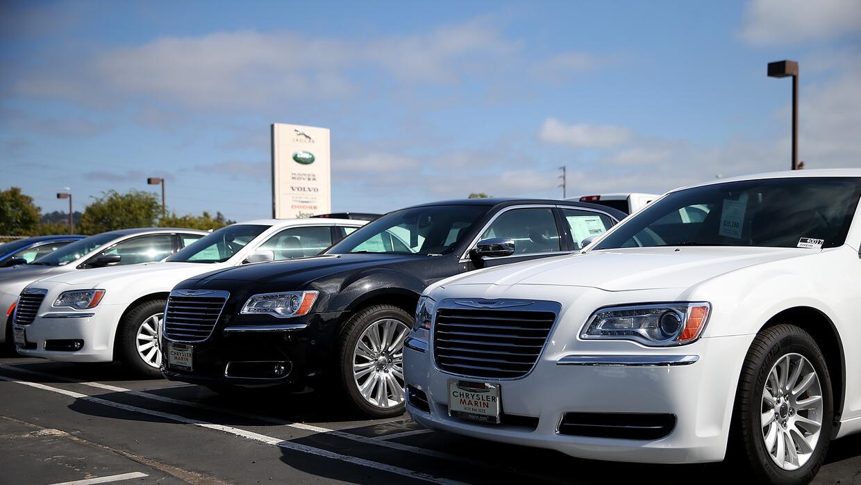 Unidades del Chrysler 300 en el parque de ventas de un concesionario de...