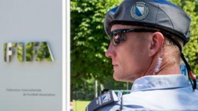 Un policía custodia la sede de la FIFA en Zurich el 3 de junio de 2015.