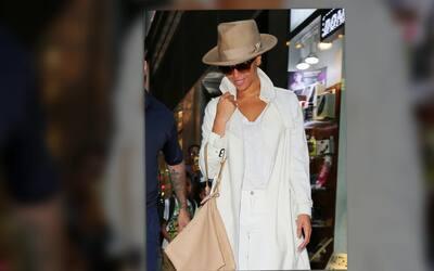 Beyoncé se luce en un traje monocromático blanco