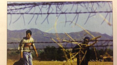 La imagen de dos inmigrantes que cruzan la frontera es usada en el pol&e...