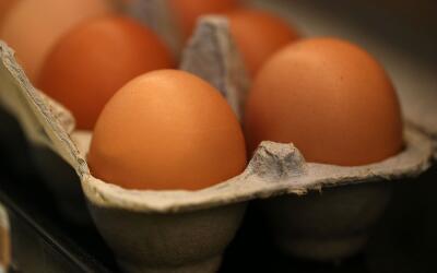 Un cartón de huevos en una estantería en un supermercado e...