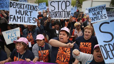 Inmigrantes piden frente a la Casa Blanca que paren las deportaciones.