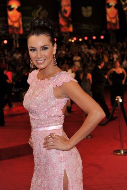 Elizabeth Gutiérrez elegante y muy sexy en la alfombra de Premio Lo Nues...