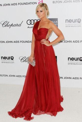 La elegancia forma parte de su estilo y vestidos vaporoso con estratégic...