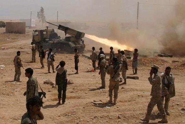 El ejército de Yemen combate a Al Qaeda, lo que ha dejado a decenas de p...