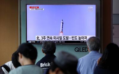 La televisión surcoreana transmitió la noticia del lanzami...