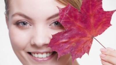 Descubre cómo adaptar tu rutina de cuidado de la piel al otoño, para pro...