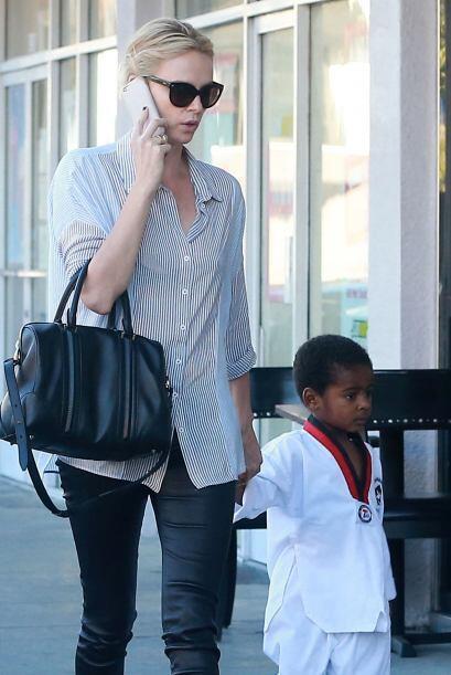 La actriz ganadora del Oscar acompañó a su hijo Jackson a su clase de ka...