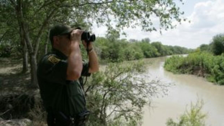 Agentes de la Patrulla Fronteriza arrestaron a tres agentes mexicanos qu...