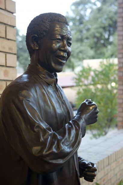 Esta es la estatua que corona el Centro Nelson Mandela de la Memoria en...