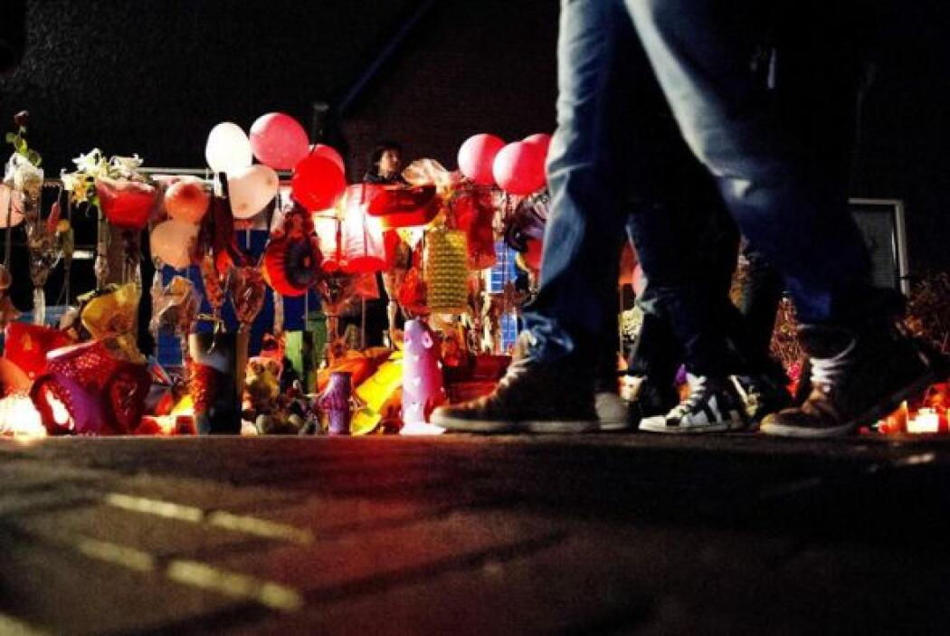 Un grupo de personas participan en una marcha silenciosa para recordar a...