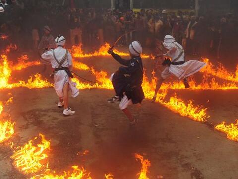 Comencemos con estos ejecutantes sijs de la India, que participan en una...