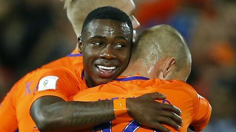 Quincy Promes marcó los primeros dos goles de Holanda.