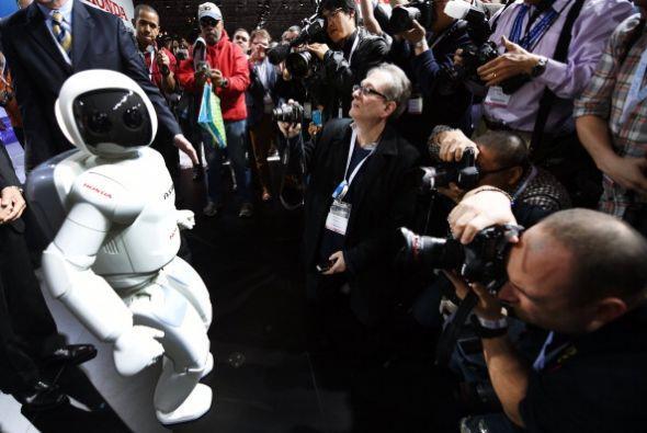 ASIMO también causa revuelo entre los periodistas.