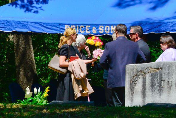 Julia y su madre se reunieron con familiares en Atlanta en este cementer...