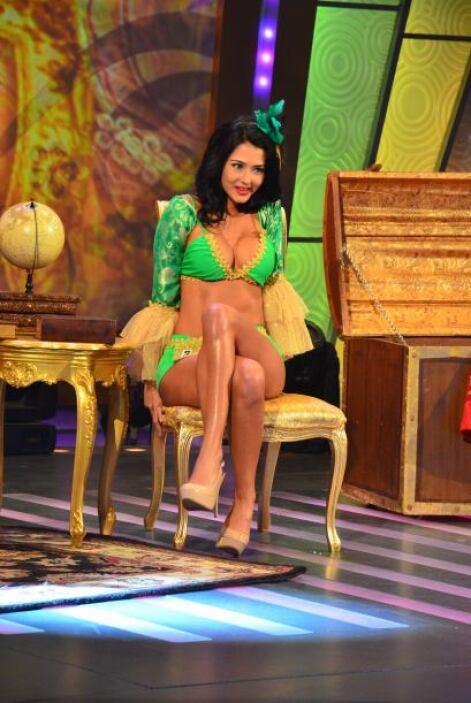Mientras tanto,  Carolina Restrepo miraba de manera pícara.