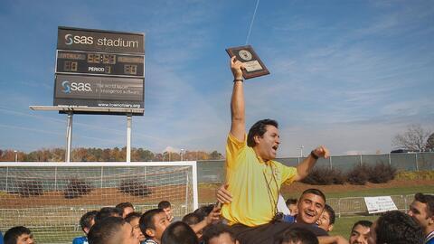 Paul Cuadros y el equipo de los Jets de Siler City celebrando el triunfo...