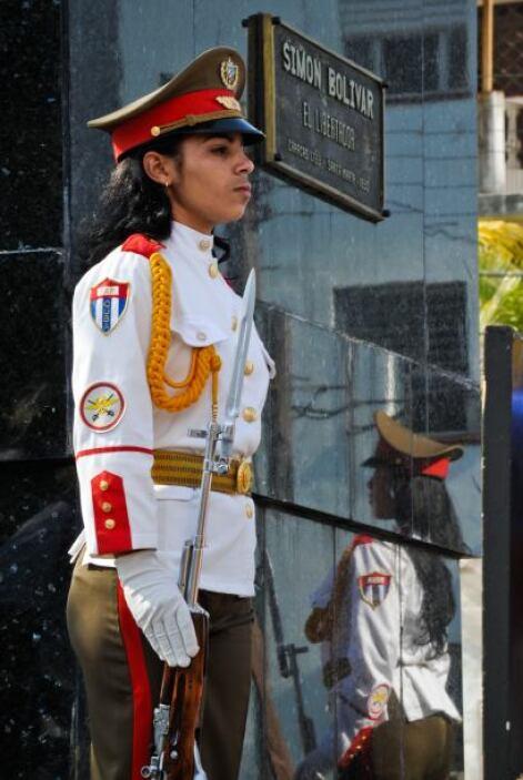 Una oficial cubana cuidaba el Panteón Nacional en Caracas. Siempre cuban...