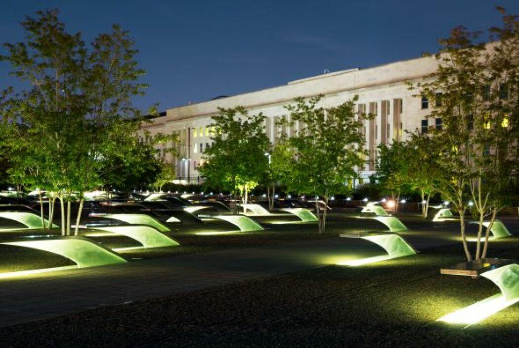 32. Abre memorial en el Pentágono  El memorial fue creado en honor a las...