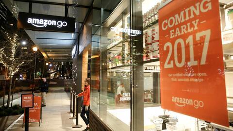 Amazon abre un supermercado en el que se puede comprar sin pasar por la...