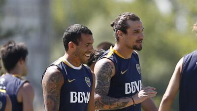 Pablo Osvaldo sonríe junto a Carlos Tevez en la práctica d...