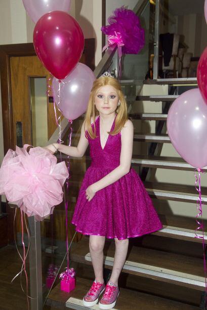 El salón estaba lleno de globos  y divertidos arreglos en color r...