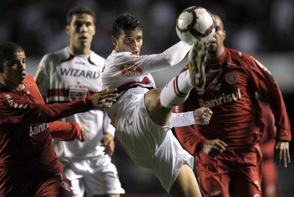 Alex Silva y Oliveira anotaron para el paulista, Alecsandro para el actu...
