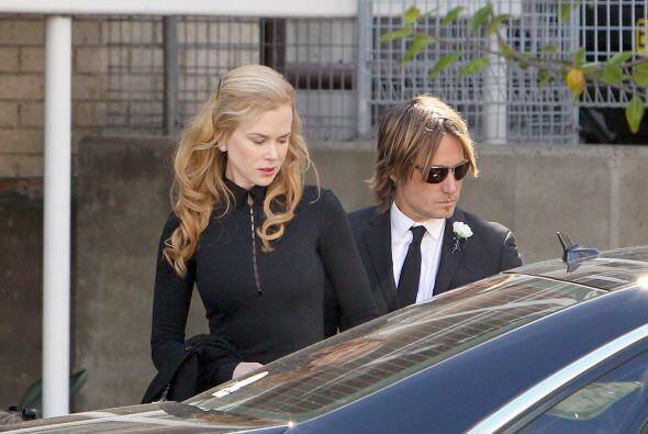 La viuda del doctor Kidman, Janelle, estuvo acompañada por sus dos hijas...