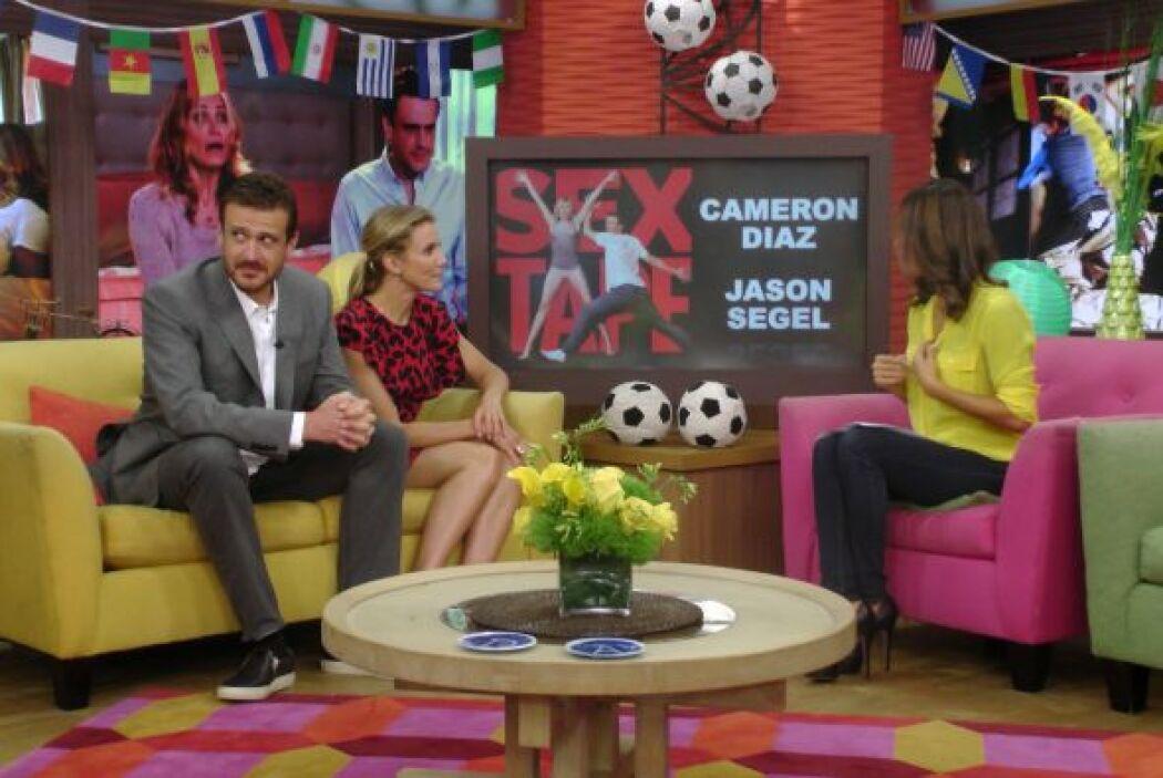 Y mientras Cameron y Karla platicaban, Jason estaba muy atento a otras c...