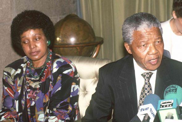 Aunque se casaron en 1958 y tuvieron dos hijas, Zinzi y Zanele, vivieron...